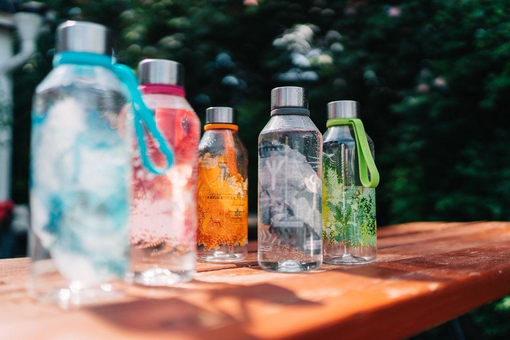 Tritán palackok egy padon, a nyári napsütésben