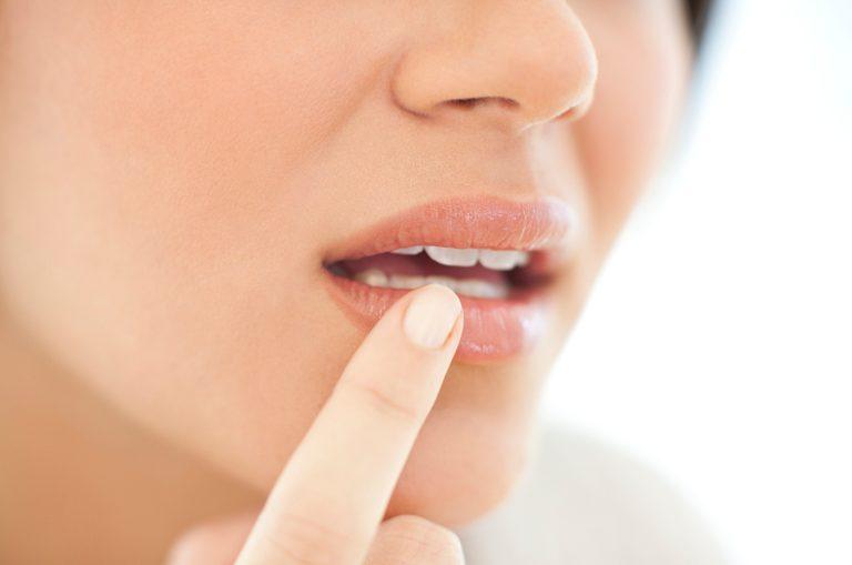 Duzzanatot vagy elszíneződést észlelsz a kezeden, az ajkaidban és a lábadon